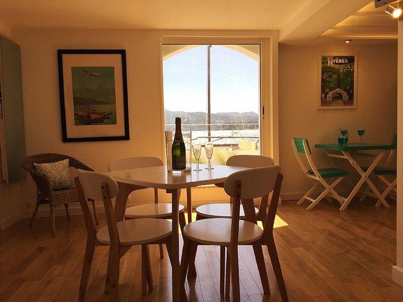 Rez-de-chaussée de villa posée sur le sable à 10 m de la mer, sur la Côte d'Azur, holiday rental in Tamaris-sur-Mer