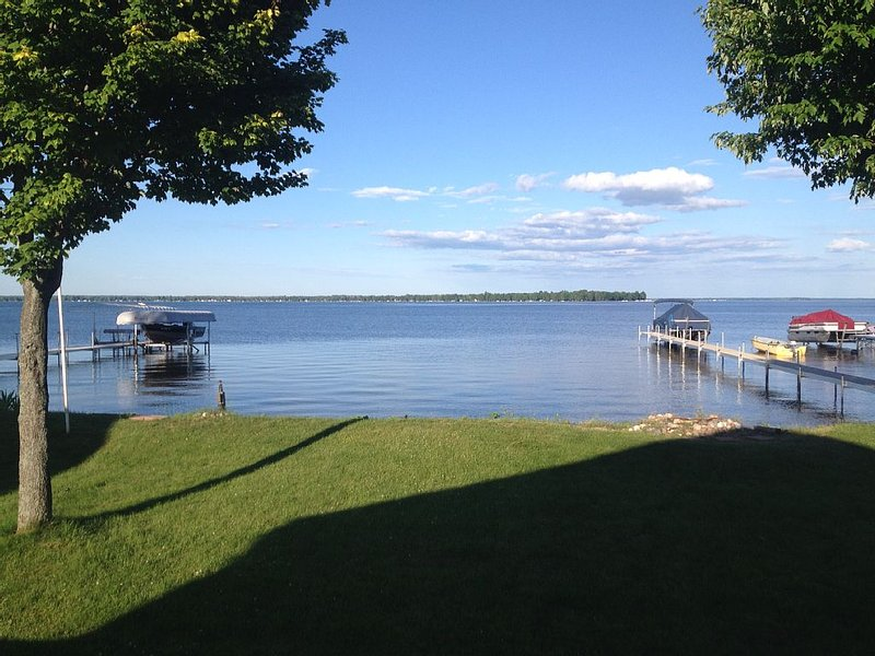 Lakefront getaway at Michigan's largest inland lake., holiday rental in Falmouth