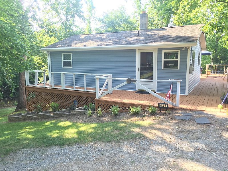 Affordable Cottage in a Quiet Cove on Beautiful Smith Mountain Lake., holiday rental in Pittsville