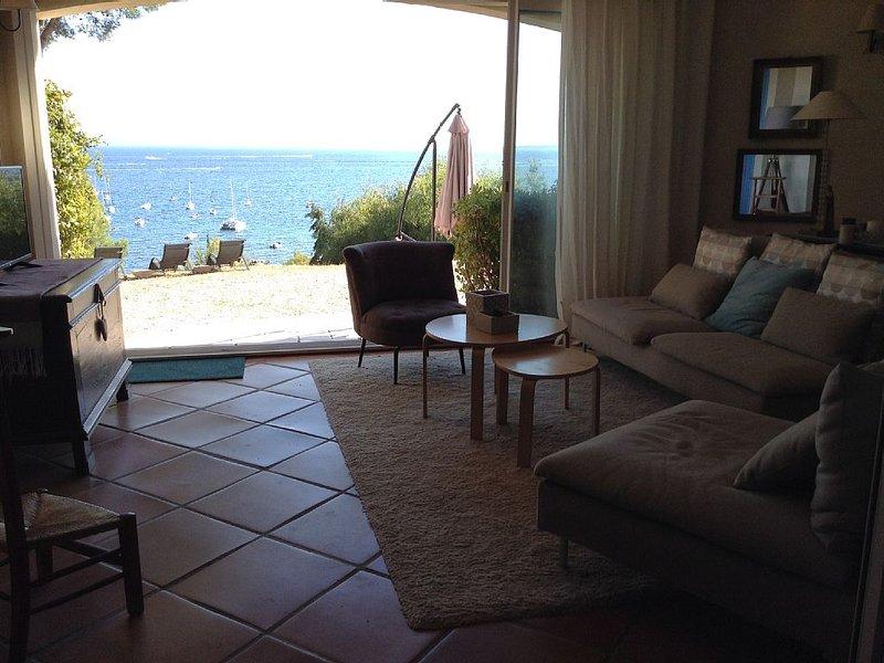 Villa bord de mer, 50m de la plage. Vue exceptionnelle, casa vacanza a La Londe Les Maures
