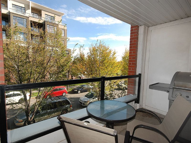 ** RATE SPECIAL- Luxury 2 Bed VEGAS STYLE - 5 Star Oasis **, holiday rental in Calgary