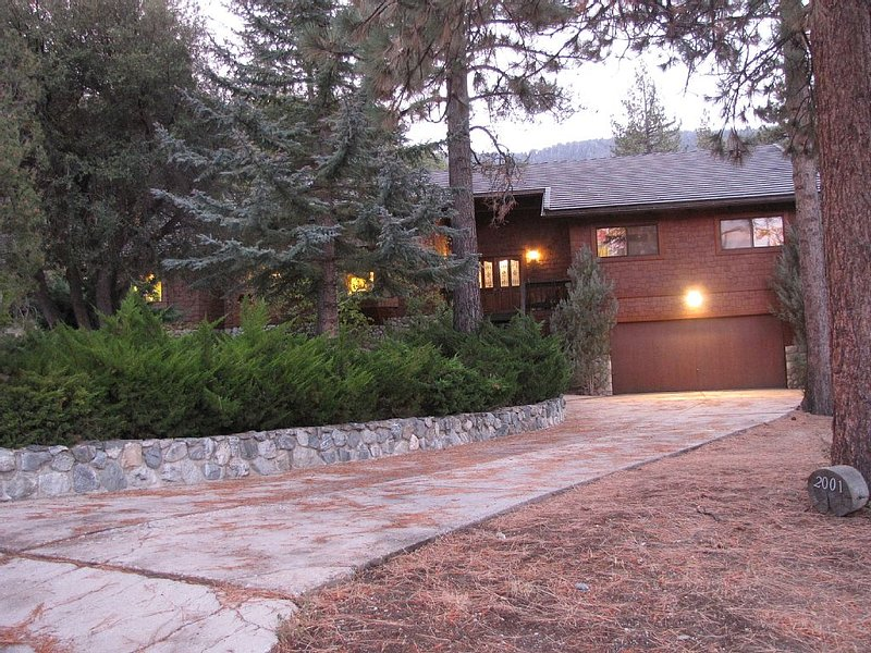 Pine Mountain Escape is where class and comfort warmly await you, holiday rental in Maricopa