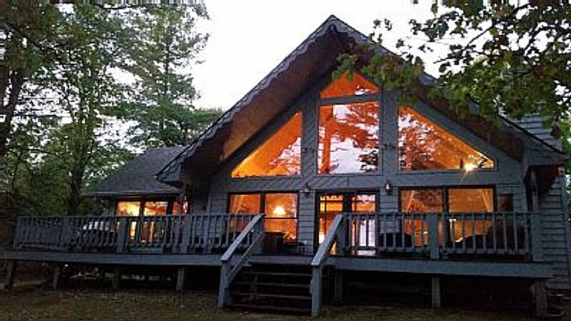 "Beautiful Chalet On Long Lake **Now accepting LONG weekend Fall bookings"", holiday rental in Longville"