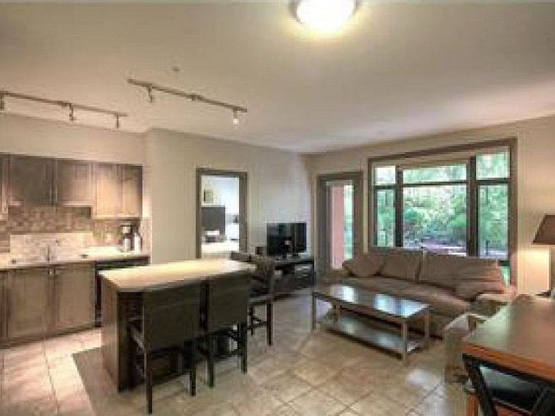 Beautiful Okanagan Family Getway- Main Floor 2 Brdm/2 bath Suite - Playa Del Sol, holiday rental in Okanagan Valley