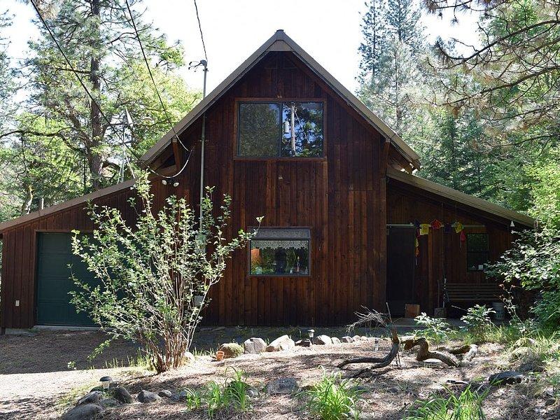 Secluded, Peaceful Cabin on 24 acres, creek, close-in (Mosier) - Pet Friendly!, aluguéis de temporada em Mosier
