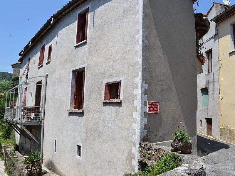 Appart rez de chaussée bordure de cours d eau, centre village Super promo!!!!, holiday rental in Saint-Bauzille-de-Putois