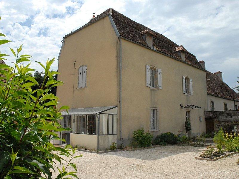 Relai de chasse du XVI ° siècle à 3 km de Semur en Auxois, pour 4 personnes, holiday rental in Semur-en-Auxois