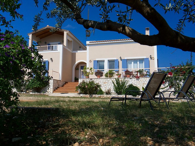 Spacious villa with privacy and mountain views, near Agia Efimia & Myrtos beach, aluguéis de temporada em Makriotika