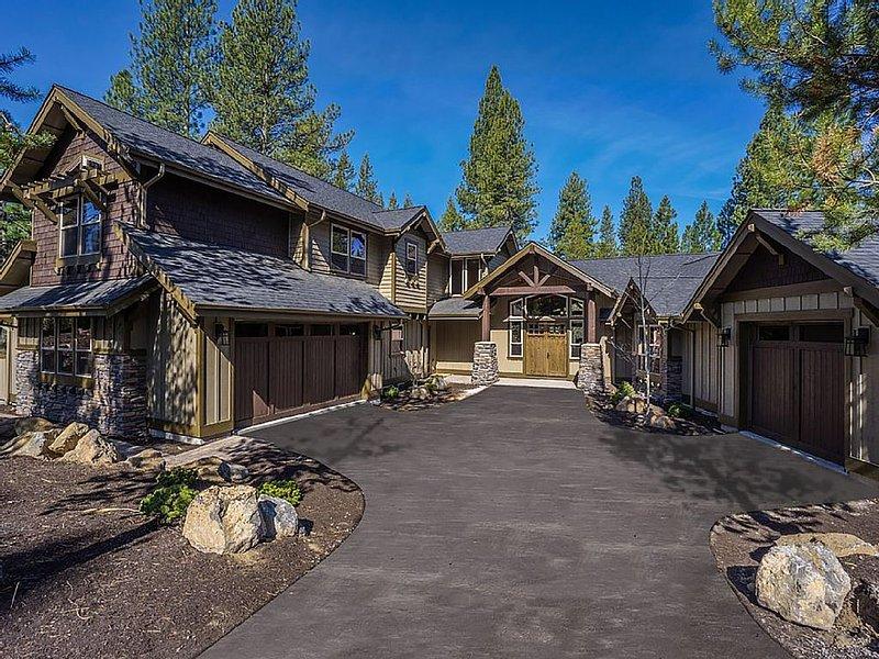 Beautiful New Caldera Home.  6 Master Suites PLUS Huge 8-bed bunkroom!, holiday rental in Sunriver