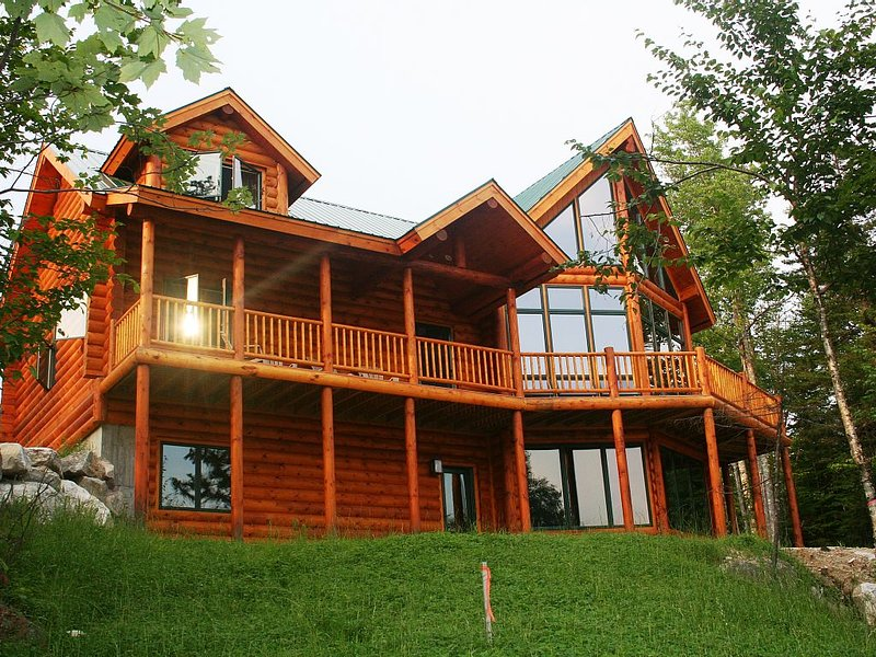 Family Friendly Vacation Log Home Nestled In Powder Ridge.  5 Minute Ride To Ski, location de vacances à Upton