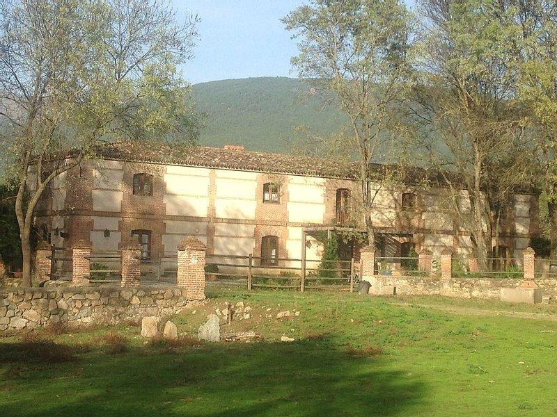 Finca de 3 has vallada, con casona  de dos plantas y caballerizas con pista doma, holiday rental in Piedralaves