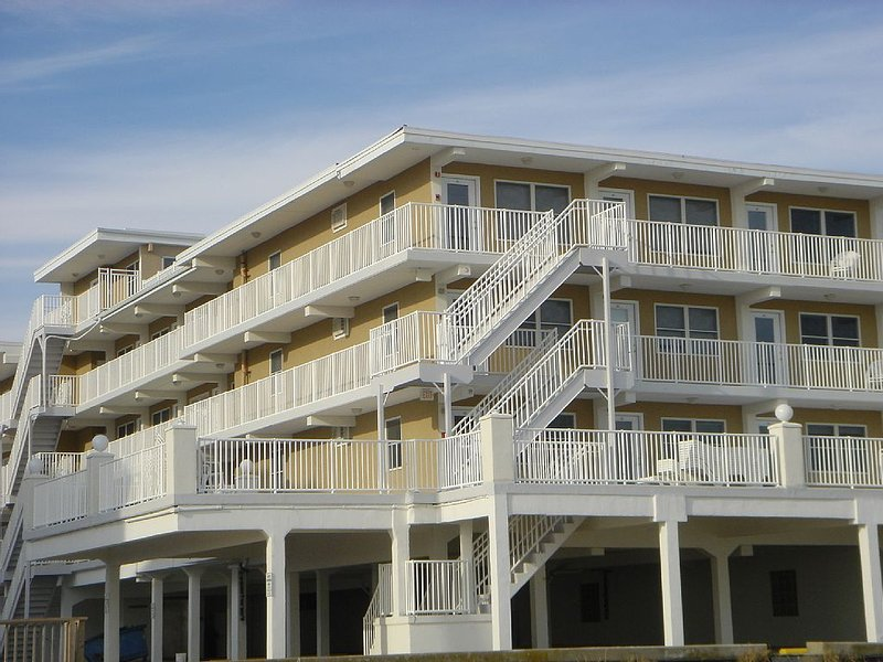 Oceanfront Condo Positioned on Two Ocean Front Verandas, aluguéis de temporada em Wildwood Crest