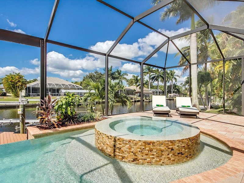 Villa 1st Place - Luxus-Villa am Kanal mit Pool, Spa und Boot (WLAN inklusive), location de vacances à Cape Coral