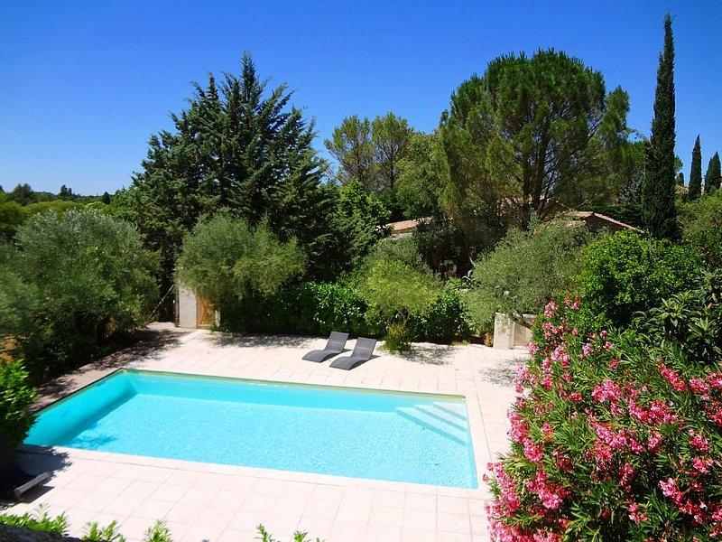 Domaine à Uzès au calme: piscine 10X5, 11 ch, 26 lits, 5 sdb, jardin1ha, WIFI, vacation rental in Sanilhac-Sagries