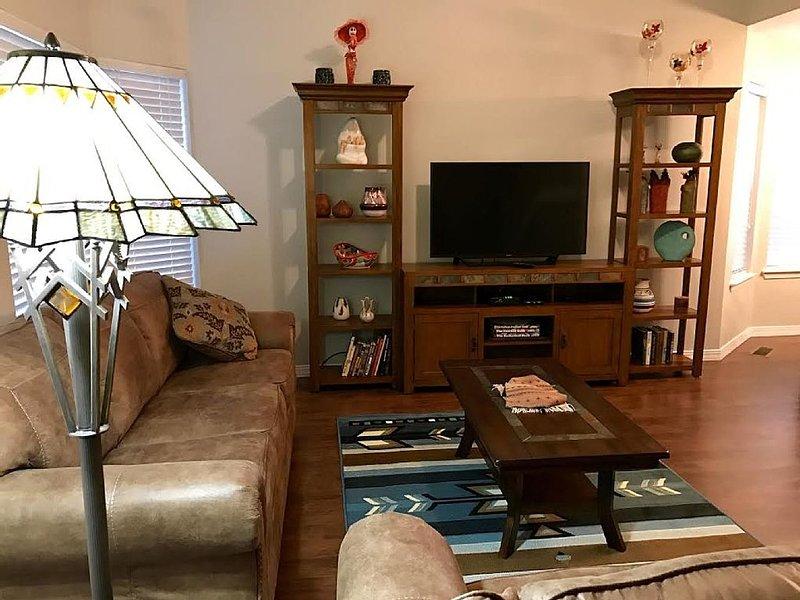 Salon confortable avec deux canapés et une télévision.