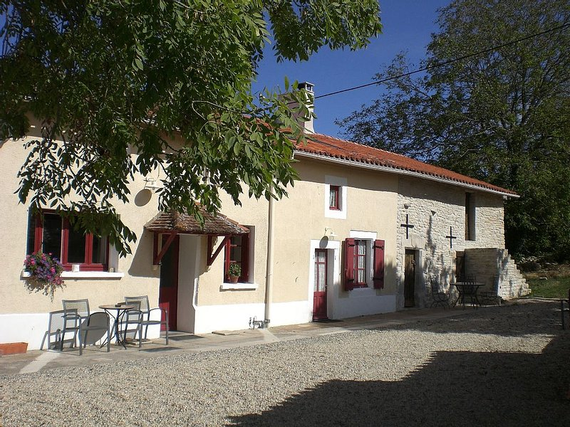 Pet-friendly Cottage In Tranquil Countryside Setting Near To River and Village, holiday rental in Le Grand-Madieu