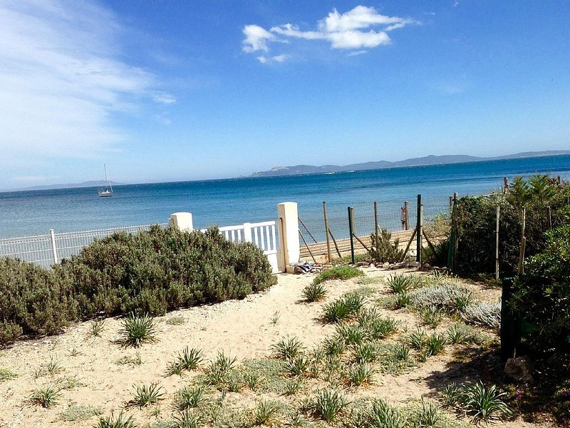 Waterfront property with private access to the beach, location de vacances à Hyères