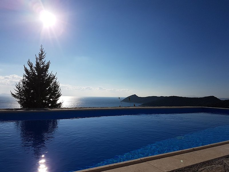 Artemis,Breathtaking view, Schinias, Athens!Entire home/pool/EOT0208Κ***********, holiday rental in Schinias