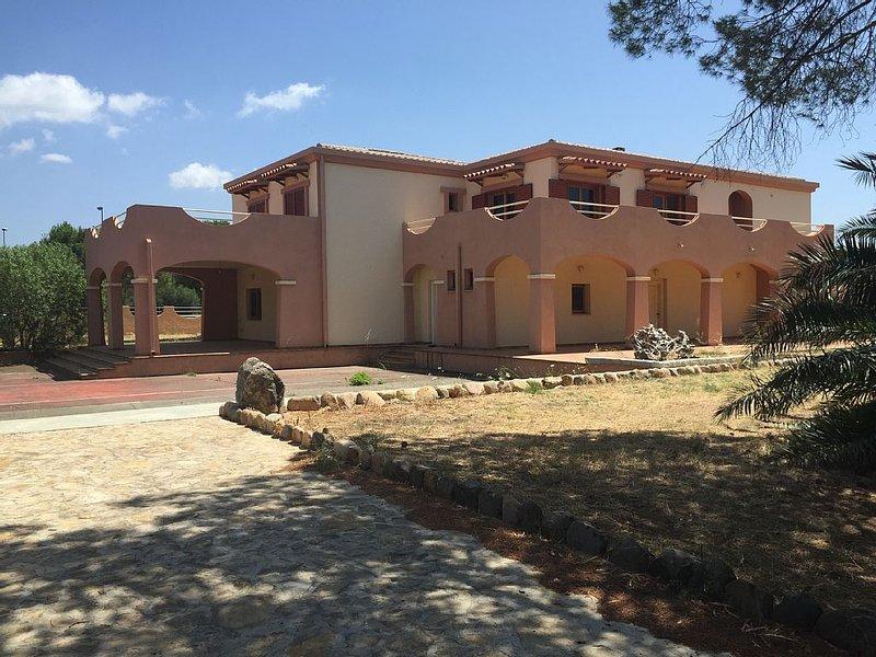 Villa singola con campo da tennis e giardino, location de vacances à Quartu Sant'Elena