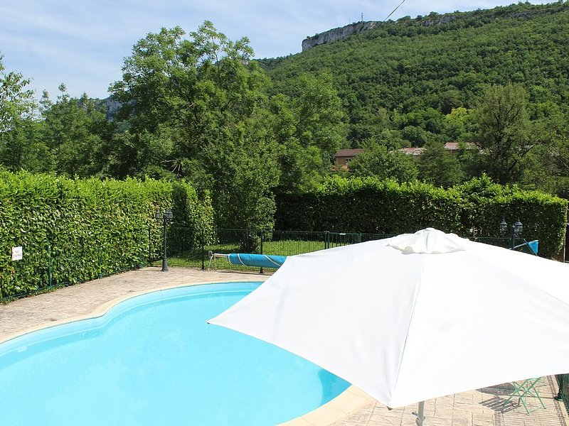 Villa in private gardens with views.  0.5 kms easy walk bakery, bars,restaurants, holiday rental in Penne