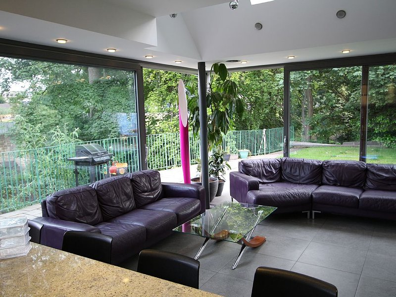 Luxury modern, large house close to citycentre, overlooking the river with patio, vacation rental in Edinburgh