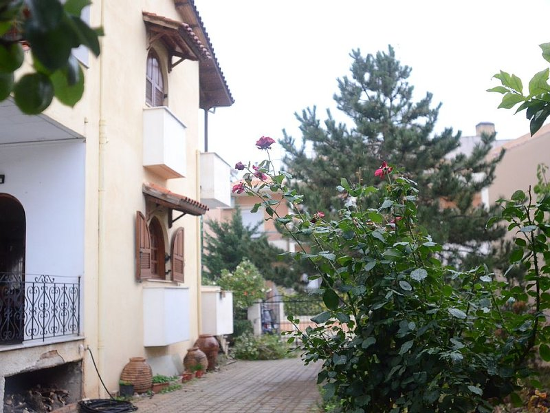 spacious townhouse with mature tree garden, location de vacances à Tolofon
