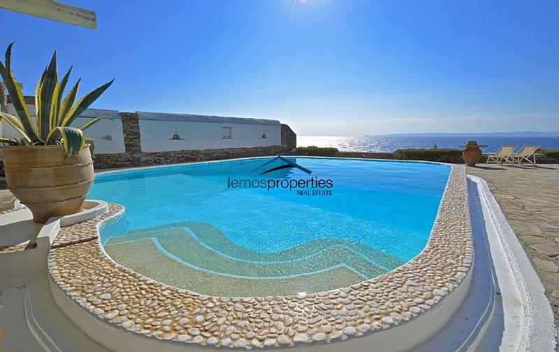 Waterfront villa with a swimming pool & a fantastic sea view in Melissaki, Kea, alquiler vacacional en Ceos