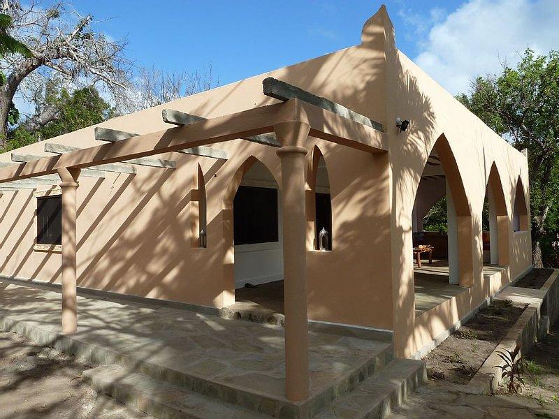 Wunderschöne Villa in großzügigem Garten mit privaten Pool und AirCon, holiday rental in Ukunda