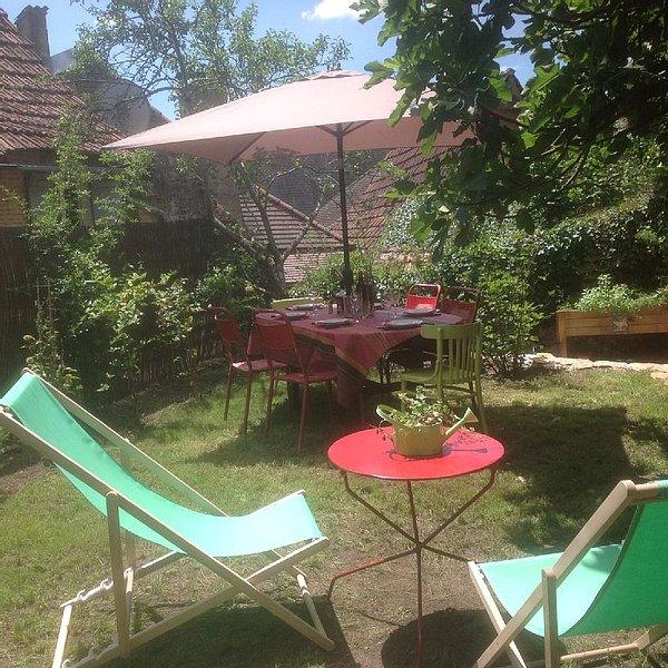 Cosy maisonnette Lascaux /Sarlat.Calme , confortable ,centre village , jardin !, location de vacances à Montignac