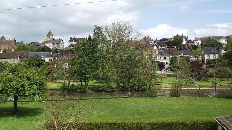 Petite maison normande à colombages dans village avec tous commerces, holiday rental in Beaumont-le-Roger