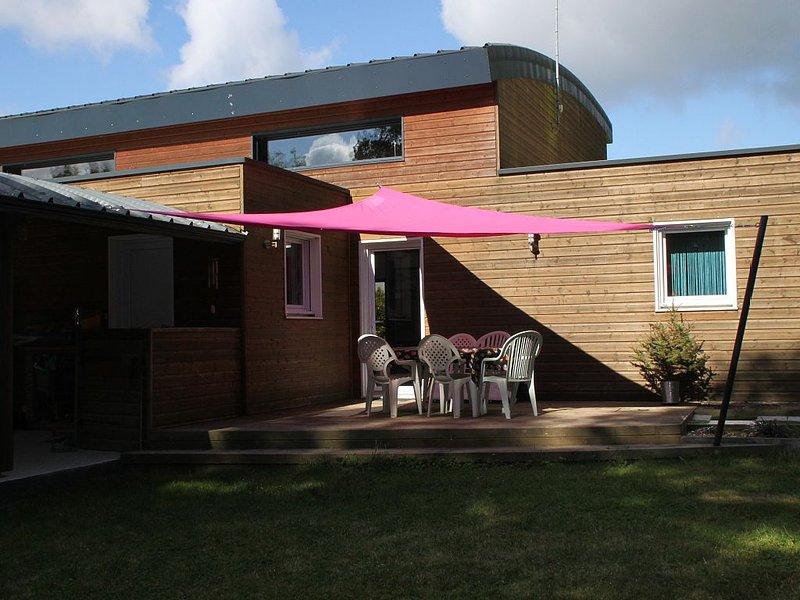 Maison contemporaine de 180 m2 - 4 chambres - terrain 1600 m2 avec piscine bois, holiday rental in Saint-Marsault