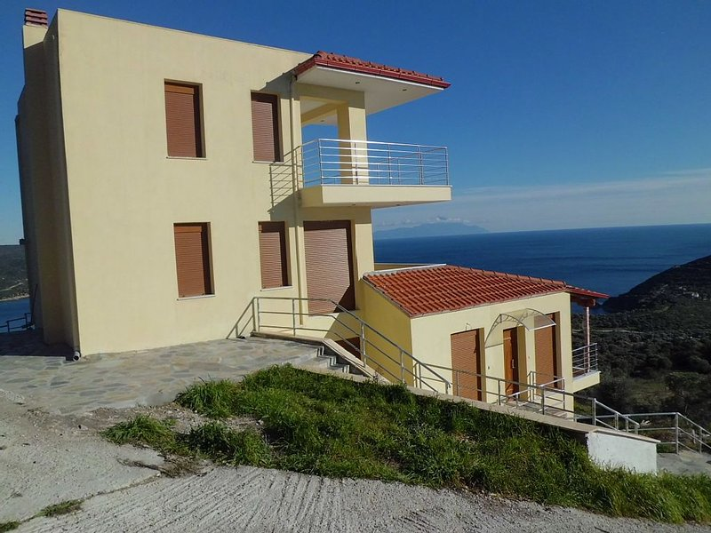 Loue appartement A OUEST Grèce Halkidiki Pyrgadikia vue exceptionnelle sur mer, holiday rental in Sithonia
