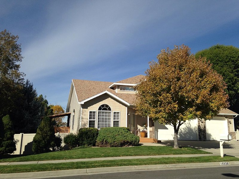 Sunny Walk-Out Basement Apartment, holiday rental in Sandy