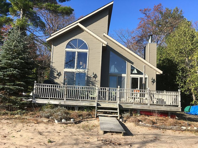 Lovely Lake Huron House on Beautiful sandy Beach, casa vacanza a Tawas City