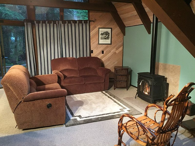 Cozy Chalet near Crystal Mountain and Rainier, holiday rental in Greenwater