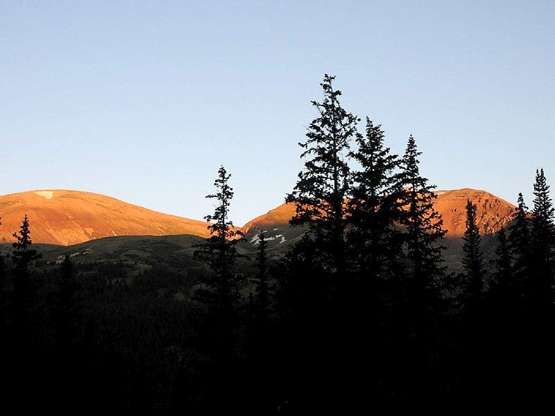 Bellezas rosas en la madrugada. monte Bross y el monte. Lincoln desde nuestra cubierta trasera