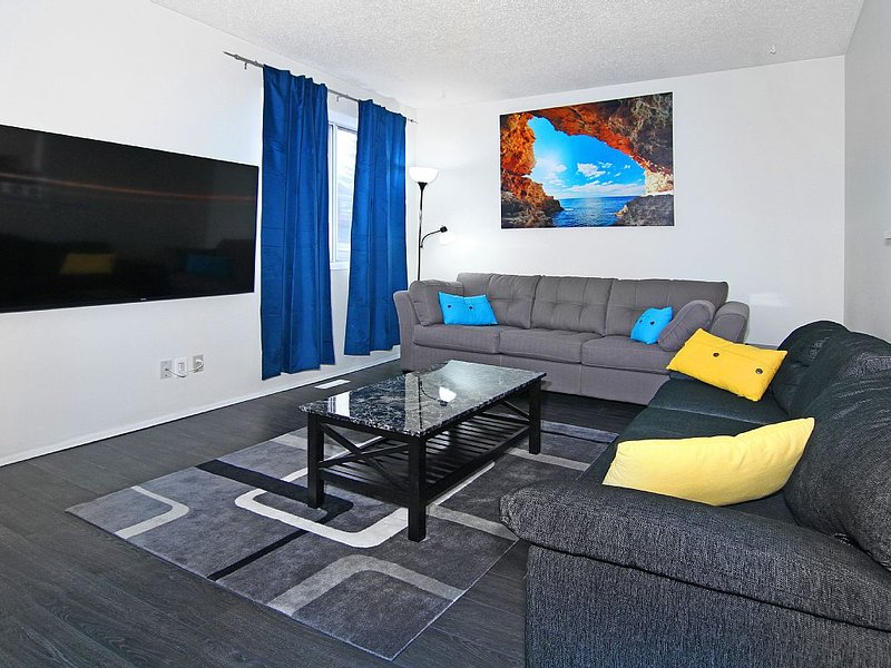 Roomy 7BR, sleeps 19+, 5mins to DT, walk to CTrain, holiday rental in Calgary