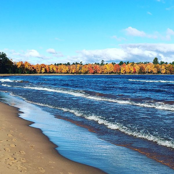 Lake Superior Beachfront Bungalow, vacation rental in Marquette