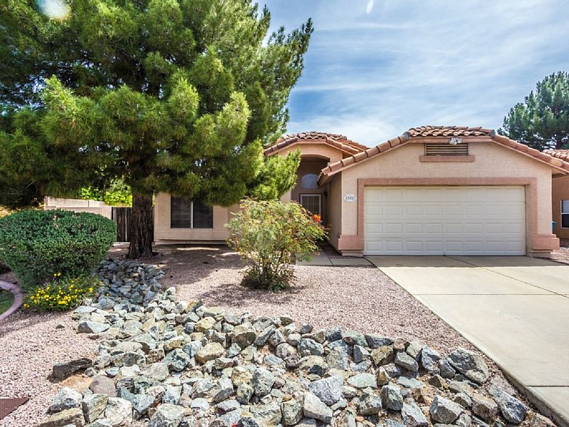 Beautiful Family Friendly 1400 Sq Ft Home, Private Pool, Centrally Located, Safe, vacation rental in Cave Creek