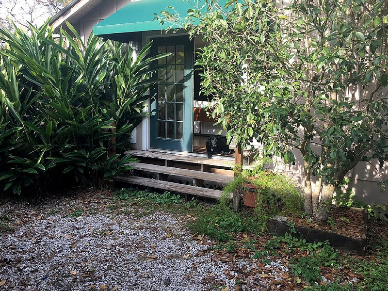 Quaint private apartment in the heart of Mandeville offers a quiet retreat., location de vacances à Lacombe