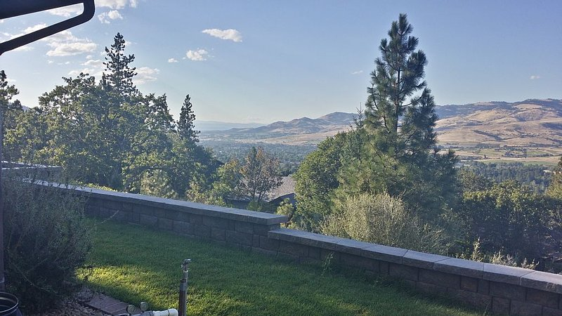 The Best In Ashland: Magnificent View, Privacy, Quality, Convenience, Very Clean, holiday rental in Ashland