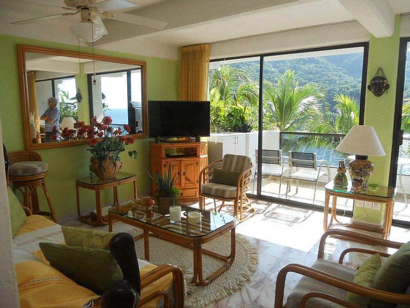 Beautiful Mismaloya beach-front condo, holiday rental in Cabo Corrientes
