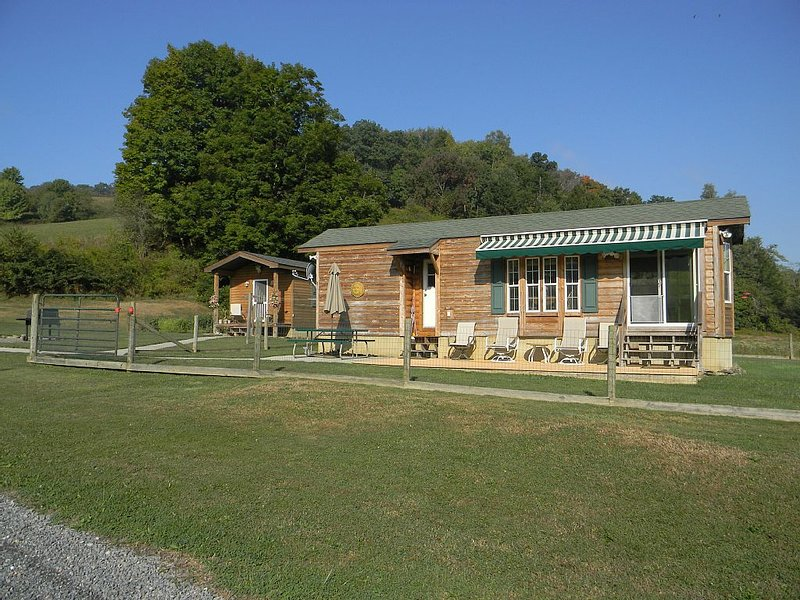 Private Cabin On 40+ Acres. Pets Allowed, holiday rental in Eglon