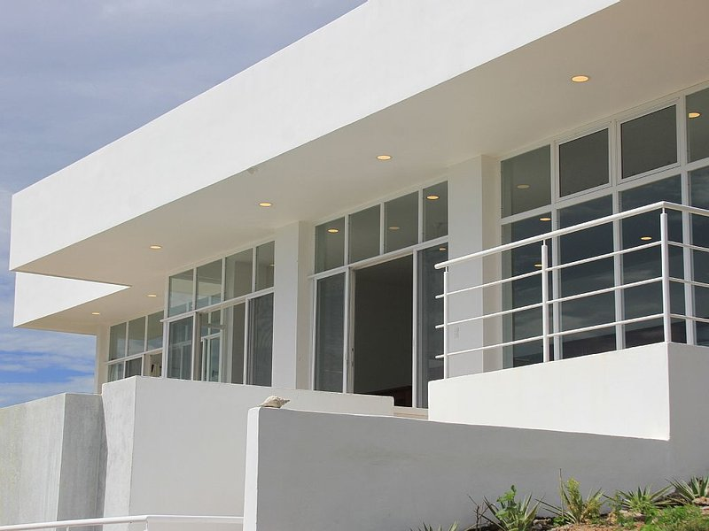 Spectacular modern house.  Magnificent Ocean & sunset views Vanishing edge pool., aluguéis de temporada em Playa Yankee