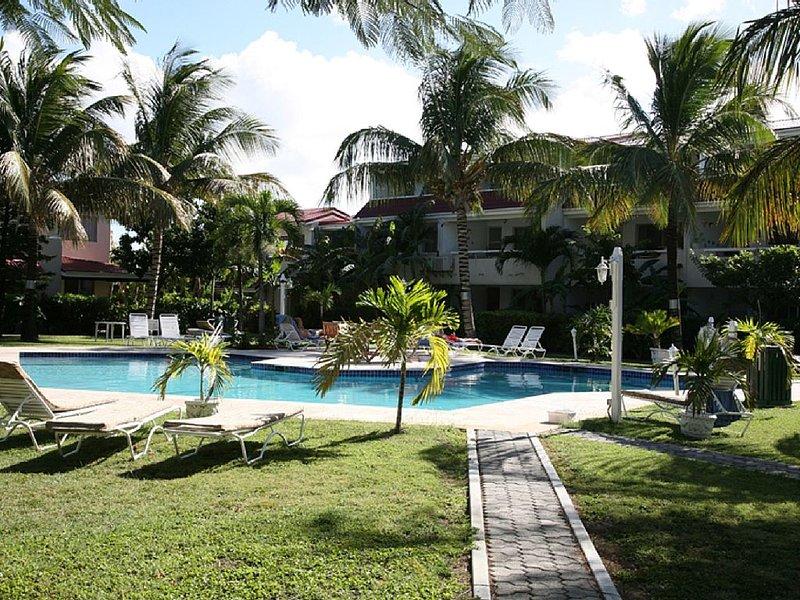 Stunning Beachside Apartment in the beautiful Dickenson Bay, alquiler de vacaciones en Saint John Parish