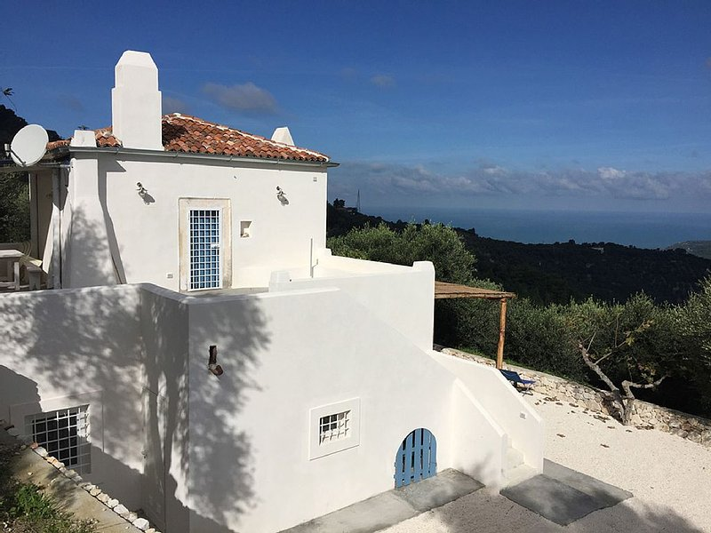 CASA SINGOLA NELLA NATURA INCONTAMINATA VISTA MARE, holiday rental in San Menaio