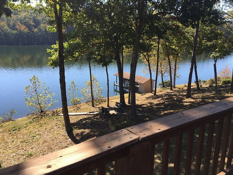Secluded Waterfront Get Away on Smith Mountain Lake, holiday rental in Huddleston