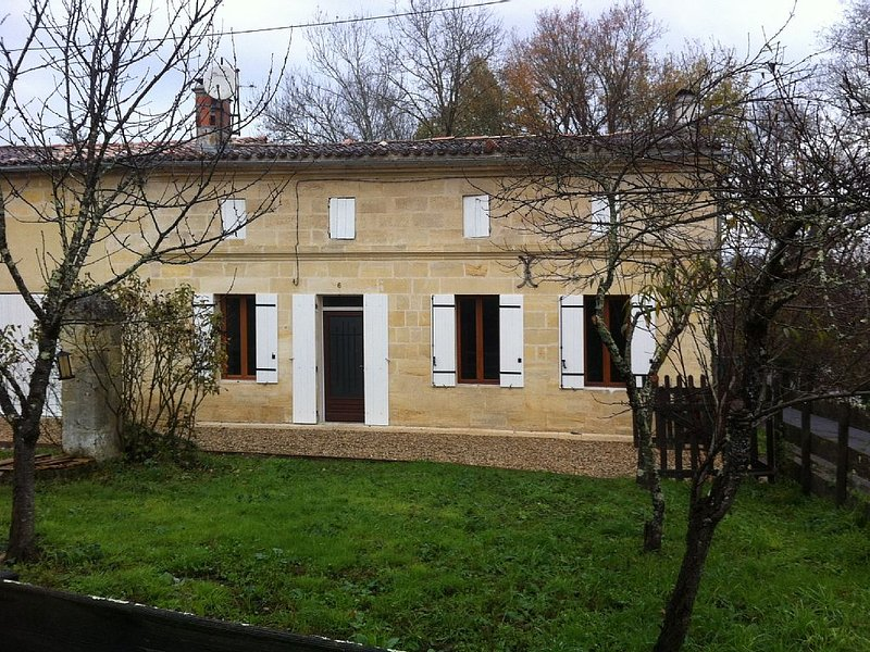 Belle maison pierre prox St Emilion, vacation rental in Tayac