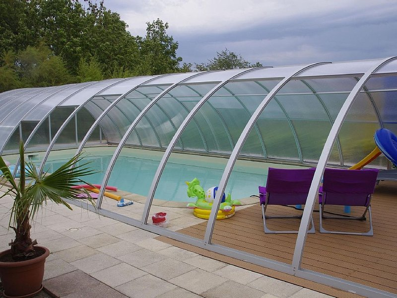 Gite 'Les 3 cigognes' à CERNAY avec piscine couverte et véranda, holiday rental in Dannemarie