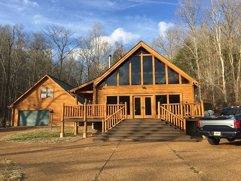 STUNNING!- Beautiful Log Cabin in Leiper's Fork / Franklin, TN / Sleeps 7, vacation rental in Fairview